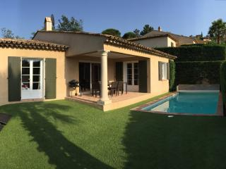 Luxurious, quiet villa with pool, 4 bedrooms, near beach and town centre