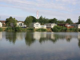 16 Rudd Lake, with hot tub and private fishing peg, Tattershall