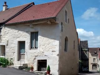Notre maison au coeur du village médiéval de Flavigny sur Ozerain