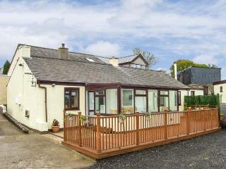 AWEL ERYRI, detached, single-storey, open fire, off road parking, garden, in Llanrug, Ref 920648