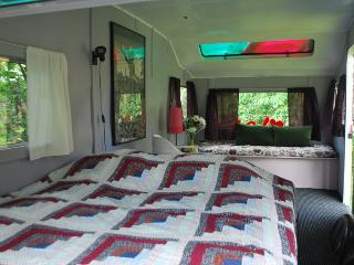 Caravan hostel - relax stay in a lush garden!