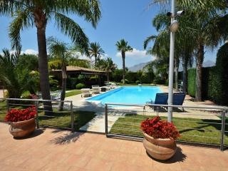 Villa Palme for 14 People and 4 Bedroom, Fabulous Pool, Chromotherapy, Garden., Alcamo