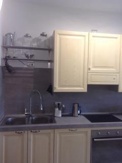 Particolare cucina (lavello e pianocottura ad induzione)