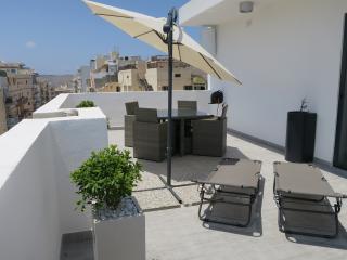Modern Penthouse Large Terrace communal Pool Wi-fi, San Pawl il-Baħar (St. Paul's Bay)