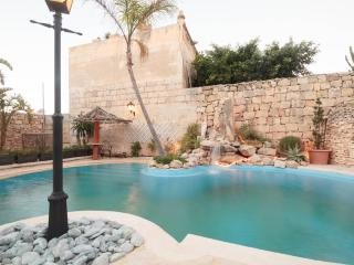 3 bedroom House with pool + games room in Mosta