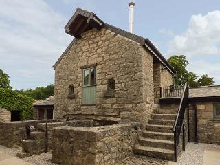 THE DOVECOT, beautiful romantic retreat with woodburner, WiFi, on-site FOC spa, character, stylish cottage near Ruthin, Ref. 914050