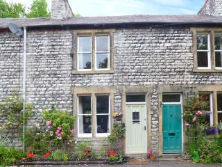 RIVERBANK COTTAGE, terraced cottage with open fire, WiFi, king-size bed, river views, near Buxton, Ref 915901, Litton Mill