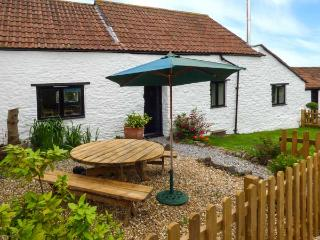 GRANARY COTTAGE, WiFi, woodburning stove, in Winscombe Ref 926937