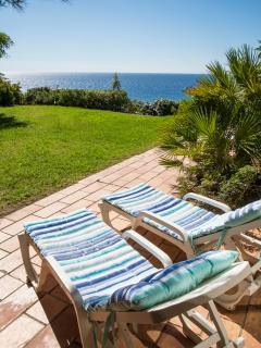 Terrasse côté jardin et vue sur mer