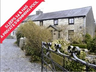 Pencoed Fawr Farmhouse WITH PRIVATE INDOOR POOL, Pwllheli