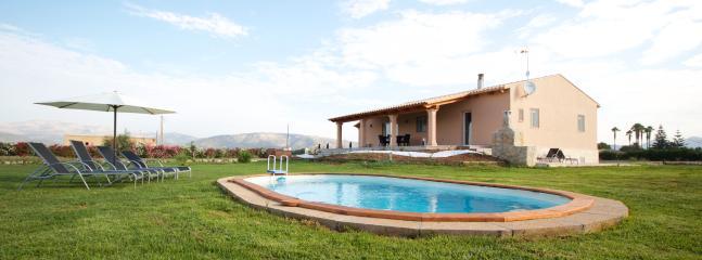 Amplio jardín con piscina privada y vistas a la Serra de Tramuntana