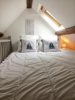 Un lit double dans la lumineuse mezzanine