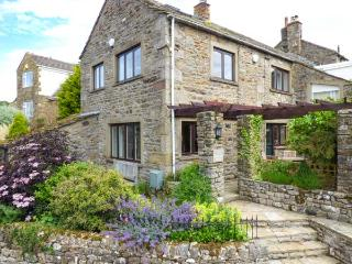 THE SHIPPON, lovely cottage with woodburner, patio garden, heart of the, Grassington