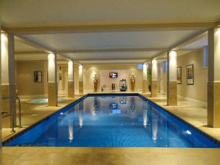 THE RETREAT, over three floors, swimming pool, gym, parking, patio, in Lincoln