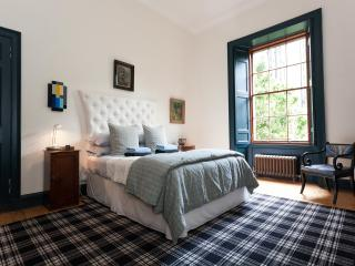 Elegant Large One Bedroom Raised Ground Floor Flat with Secure Entry, Edimburgo