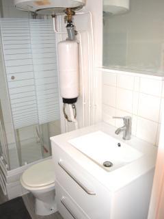 Le lavabo dans la salle d'eau