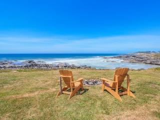 Spectacular oceanfront home w/ ocean views, private hot tub - dogs welcome!, Yachats