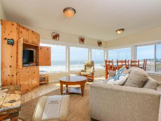 Fantastic dog-friendly beachfront duplex with hot tub & views!, Yachats