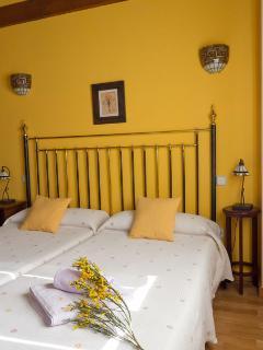 Dormitorio amarillo con dos camas de 90 en segunda planta