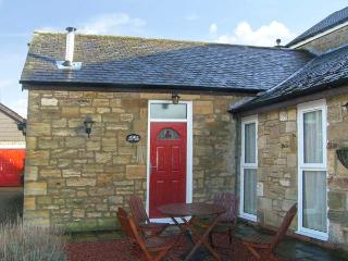STABLE COTTAGE, pet-friendly, with a garden in Acklington, Ref 926783
