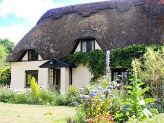 LONGHOUSE COTTAGE, Grade II listed, thatched, character, woodburner, pet-friendly, near Wimborne, Ref 920454
