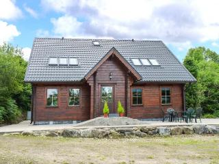 ARDCUILLEAN, lakeside lodge with air hockey and pool, en-suite, near Ballinagler