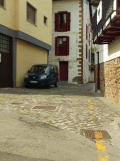 Calle de alrededor 2 con acceso a ascensor que sube al pueblo