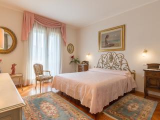 La camera da letto con arredi caldi e confortevoli. I palchetti sono originali