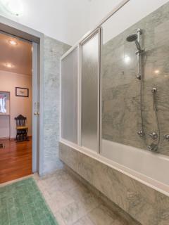 Il bagno con antibagno. Doppio lavandino, marmi, granito e specchi