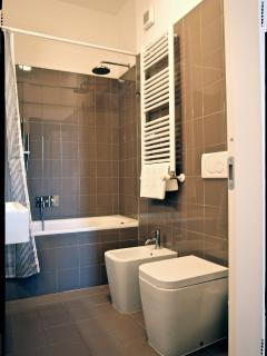 Bagno con vasca/doccia // Bathroom, tub with shower