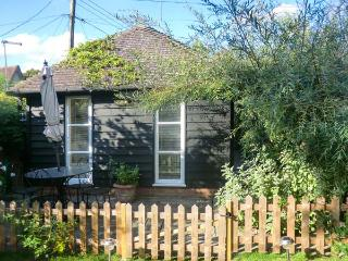 GARDEN RETREAT, all ground floor, en-suite, parking, private terrace with furniture, in Diss, Ref 904156