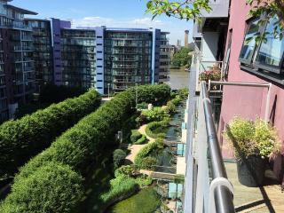Modern 2 bed Chelsea Bridge Wharf a prime location, Londres