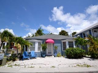 Shore Winds Cottage - True Old Florida Beach Living, Just Steps to the Gulf!, Redington Shores