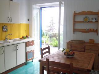La cucina con apertura sulla terrazza