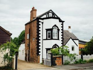 Charming 3-bedroom cottage in Leyland, ideal for holiday/business,10 mins off M6