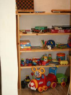 placard de jouets et jeux de société dans salon