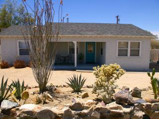 Adorable Bungalow ~  Furnished Rental Home ~ WiFi ~ Private Yard ~ Monthly Rates, Twentynine Palms