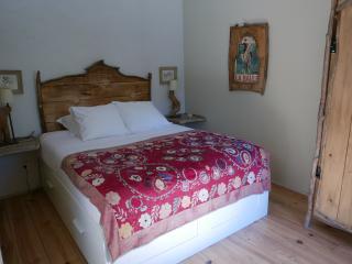 chambre double, au coeur des Alpilles.Lit (160x200)  meubles fait maison en bois de récupération