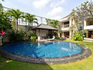 Luxury 5 Bed villa, Kuta, 10 minutes to the beach