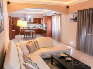 Large Downtown Apartment in St. Julians