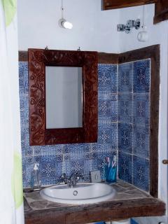 La madera de quejigo, el barro y el mosaico Mozarabe, decoran el baño