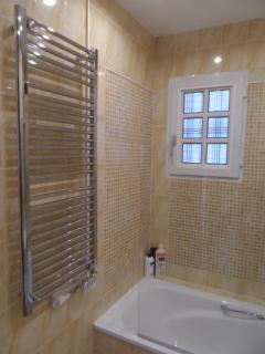 Bañera y seca-toallas eléctrico.