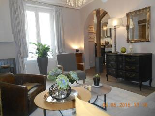 Modern flat near the Champs Elysees