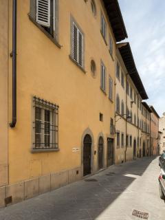 A pochi passi personaggi illustri della portata di Francesco Petrarca, Giorgio Vasari hanno vissuto.