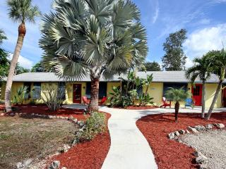 Poinciana, pet friendly no steps 5 min. to beach, Fort Myers Beach
