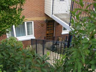 Lovely Bright Apartment with open country view, garden, indoor spa near Sandown