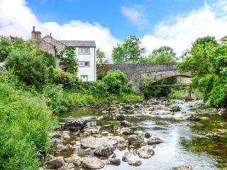 PAULS FOLD HOLIDAY COTTAGE, pet-friendly cottage by river, WiFi, patio, Jacuzzi bath, Ingleton Ref 923378