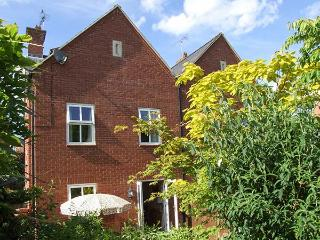 SUMMERGANGS, three-storey townhouse, en-suite, WiFi, enclosed patio, in Moreton-