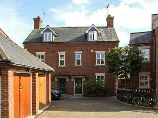 SUMMERGANGS, three-storey townhouse, en-suite, WiFi, enclosed patio, in Moreton-