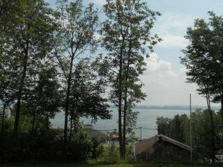 Le Huard Chalets Plage St-Jean up to the hill Qc